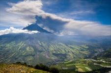 """El volcán Tungurahua se alza en la Cordillera Oriental de Ecuador es un estratovolcán activo que también se conoce como el """"Gigante Negro"""" y, de acuerdo a la mitología indígena, es referido como """"Mama Tungurahua""""; presenta una actividad de """"moderada a alta"""", con caída de ceniza. Foto: Edward (Bud) Grennan"""